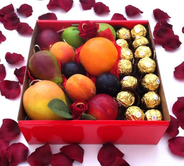 mini-hamper-fruit-+-ferrero-chocolate