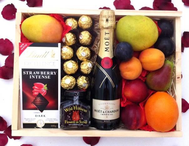 moet-+-hibiscus-floers-+-ferrero-+-lindt-chocolate-fruit-hamper