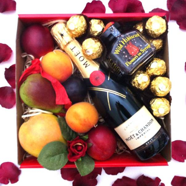 moet-mini-hamper-gift-+-hibiscus-flower-+-ferrero-chocolate-gift
